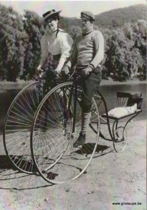 carte postale noir et blanc bicycle made for three
