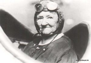 carte postale noir et blanc granny pilot