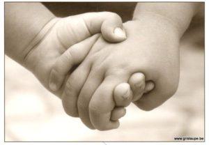 carte postale photo noir et blanc hand in hand