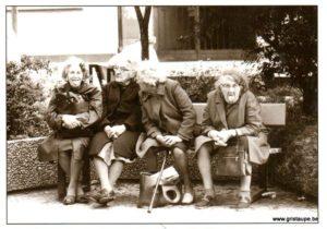 carte postale photographie noir et blanc sur le banc