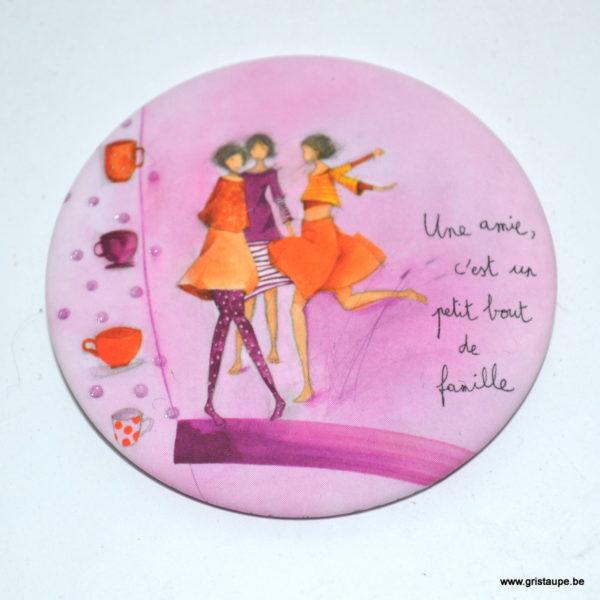 magnet illustré par anne sophie rutsaert et édité aux éditions des correspondances une amie c'est un petit bout de famille