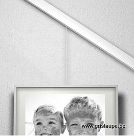 tableau pendu à un rail dans une pente, un escalier, un toit en pente