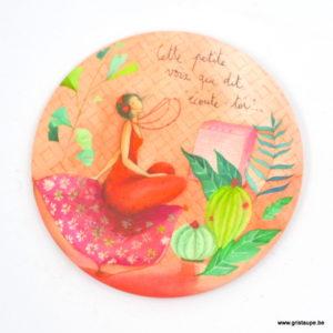 magnet illustré par anne sophie rutsaert illustrant un personnage écoutant de la musique