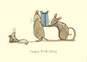 Carte d'anniversaire avec texte en anglais représentant 2 souris adultes cachant un cadeau d'anniversaire pour une souris enfant